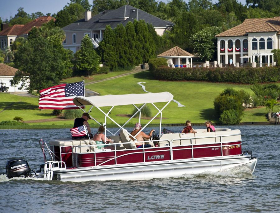 Macon%2C+GA%2C+07%2F04%2F2016%3A%0AA+pontoon+boat+flying+the+American+Flag+passes+by+Sandy+Beach+and+Sparks+Over+the+Park+Independence+Day+Celebration+at+Lake+Tobesofkee.